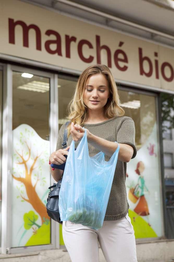 L'utilisation de sacs en plastique a déjà considérablement diminué ces dernières années en France. © Image Point Fr, shutterstock.com