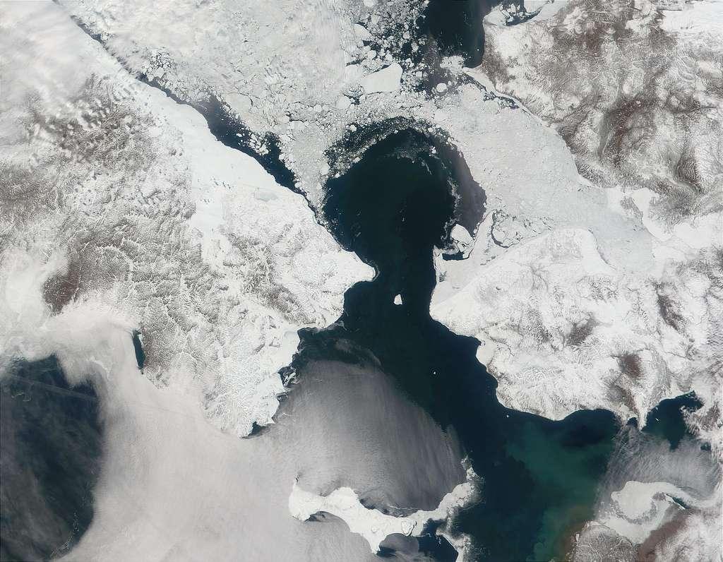 Aujourd'hui, l'Alaska (États-Unis, à droite) et la Tchoukotka (à gauche, Russie) sont aujourd'hui séparés de moins de 100 km. Il y a 15.000 ans, alors que la Terre n'était pas encore sortie d'une ère glaciaire, ces deux régions étaient reliées par la glace. Les populations de l'époque ont pu aller d'un continent à l'autre avant que la mer de Béring ne les sépare. © DrJohnBullas, Flickr, cc by nc nd 2.0