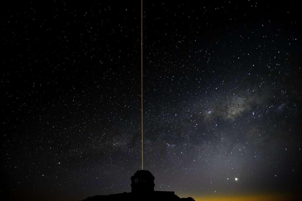 Le laser du système GeMS en action au-dessus de la coupole du télescope Gémini sud installé sur le Cerro Pachon. © Gemini Observatory