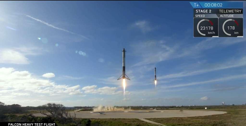 Retour au sol des deux étages latéraux du Falcon Heavy huit minutes après le décollage du lanceur. © SpaceX