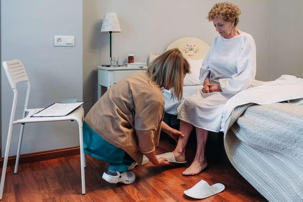 L'aide-soignant aide notamment les patients à exécuter les gestes quotidiens comme la toilette ou l'habillement. © David Pereiras, Fotolia.