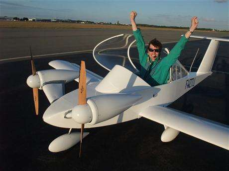 Le Cri-Cri E-Cristalline, aux mains de Hughes Duval, vient de battre le record de vitesse d'un avion électrique avec 262 km/h, le 5 septembre 2010. © Vincent Ollivier