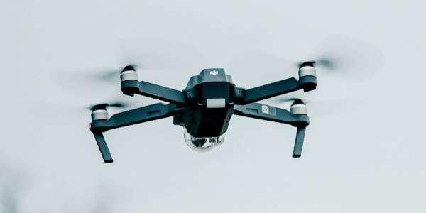 De par son autonomie, sa portée et la qualité de sa caméra, la gamme drone Mavic 2 représente les drones les plus avancés de DJI. ©Unsplash