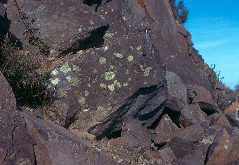 Ci-dessus, on remarque des enclaves de péridotites issues du manteau supérieur, dans les basaltes de Sauterre (Puy-de-Dôme). © Jacques Kornprobst
