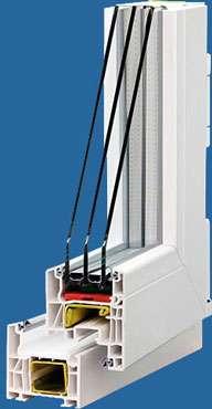 Fenêtre PVC à cadres renforcés et ruptures de ponts thermiques. Elle est équipée de trois vitres de 4 millimètres avec des espaces de 12 millimètres remplis de gaz argon, soit une épaisseur totale de 36 millimètres. © www.fenetre-wehr.com