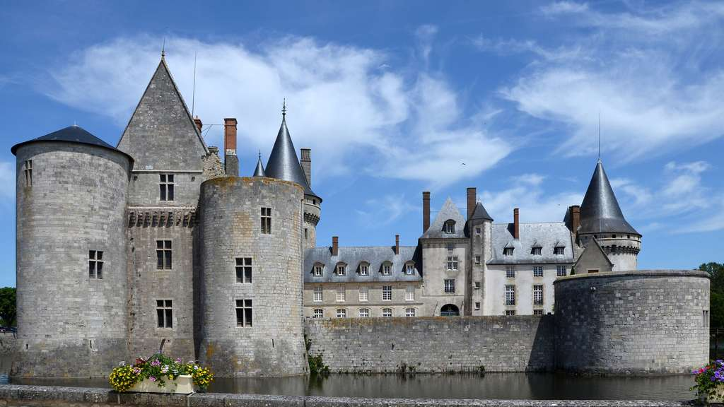 Le château de Sully-sur-Loire en éclaireur sur le fleuve