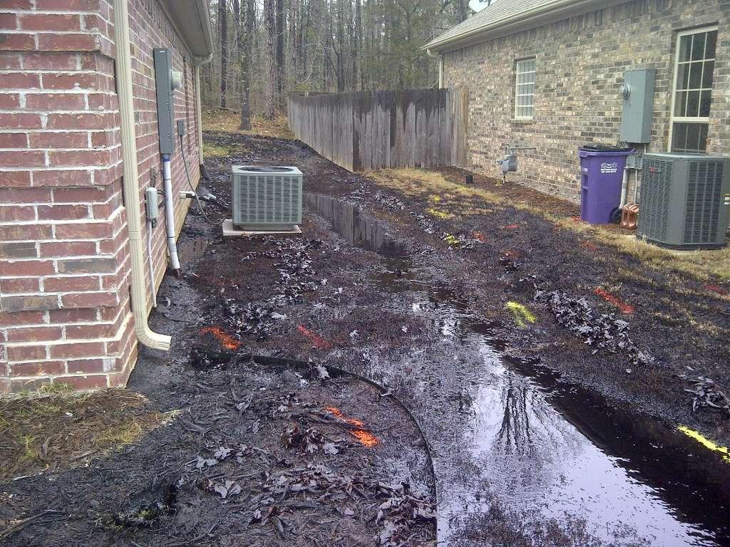 Déversement de mélange d'eau et de pétrole brut autour des maisons de la ville de Mayflower, en Arkansas. Quelque 5.000 barils de pétrole se sont répandus. © EPA