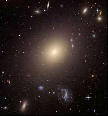 Figure 9 : ESO 325-G004 est une galaxie elliptique. Elle se trouve au cœur d'un amas de galaxies. On pense que les galaxies elliptiques normales se forment par la fusion de deux galaxies spirales. Des galaxies comme celles-ci seraient, elles, le résultat de la fusion de plusieurs galaxies de l'amas. © NASA, ESA et Hubble Heritage.