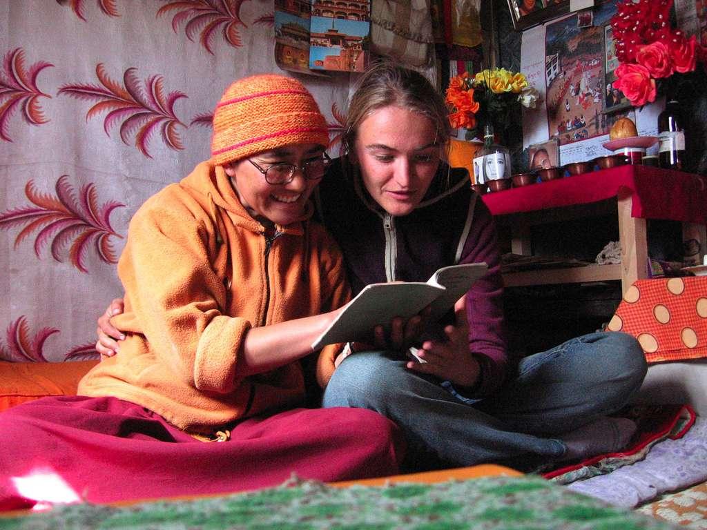 Véronique Lapied et une nonne au Zanskar. © Erik Lapied, tous droits réservés