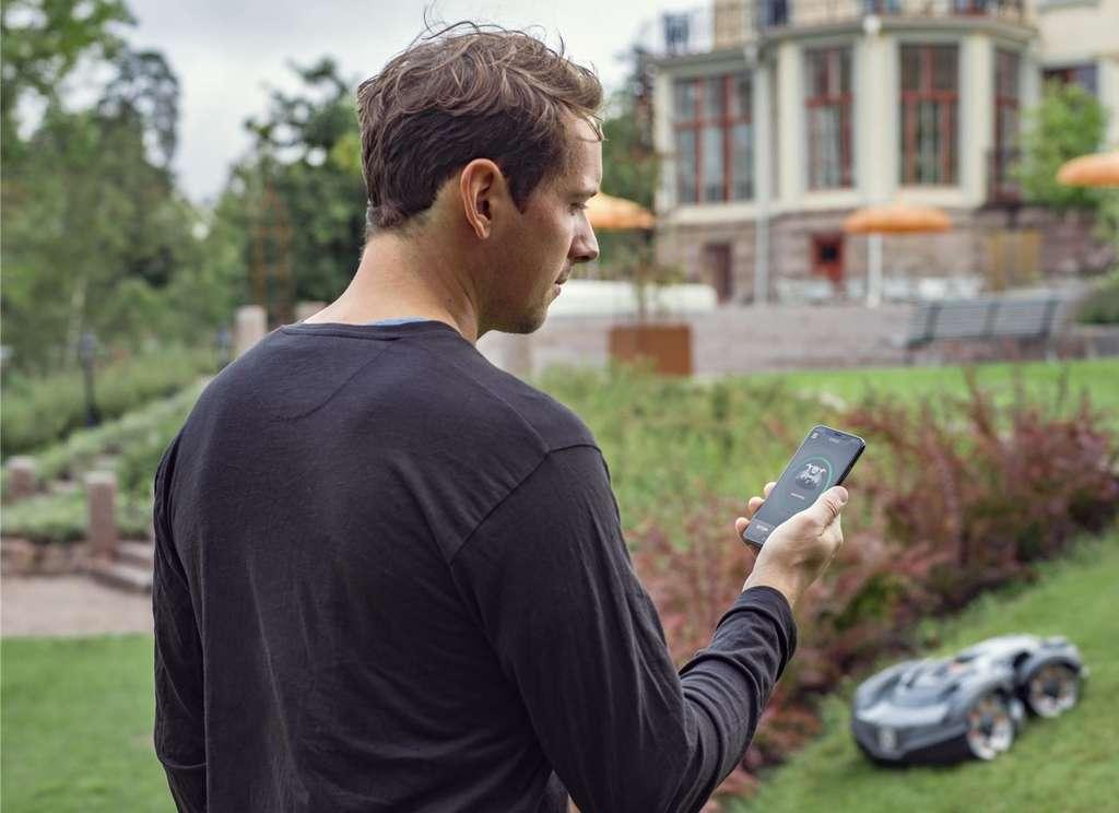 Les applications pour smartphone et tablette développées par les fabricants permettent aux heureux propriétaires de commander et de surveiller facilement le bon fonctionnement de leur robot tondeuse. © Husqvarna