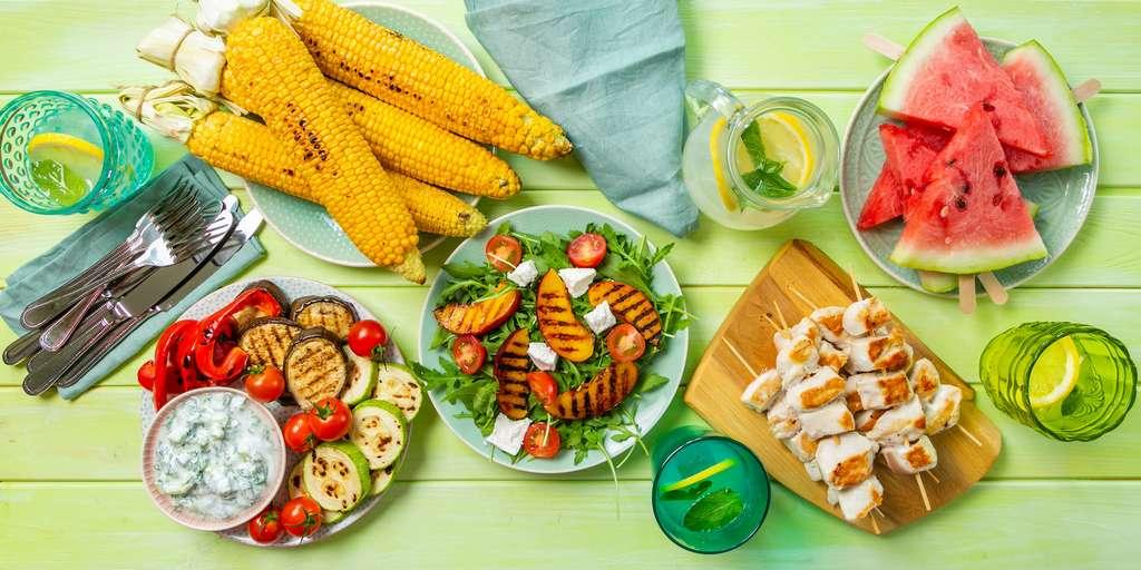 Poulet, légumes grillés, pastèque : le parfait barbecue pour un dîner de juillet. © anaumenko, Adobe Stock