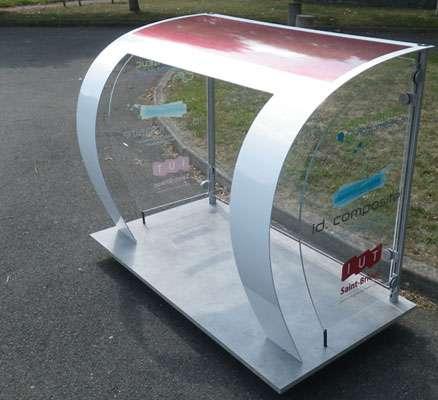 L'abribus miniature construit par ID Composite. Sur le dessus, les cellules photovoltaïques sont entièrement incorporées à la structure et assurent l'éclairage de l'abribus qui est ainsi autonome. © ID Composite