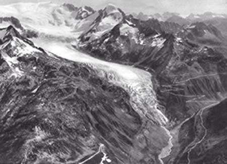 Le glacier du Rhône vers 1925. Photo : W. Mittelholzer (1929). Les Ailes et les Alpes - Tous droits de reproduction interdit