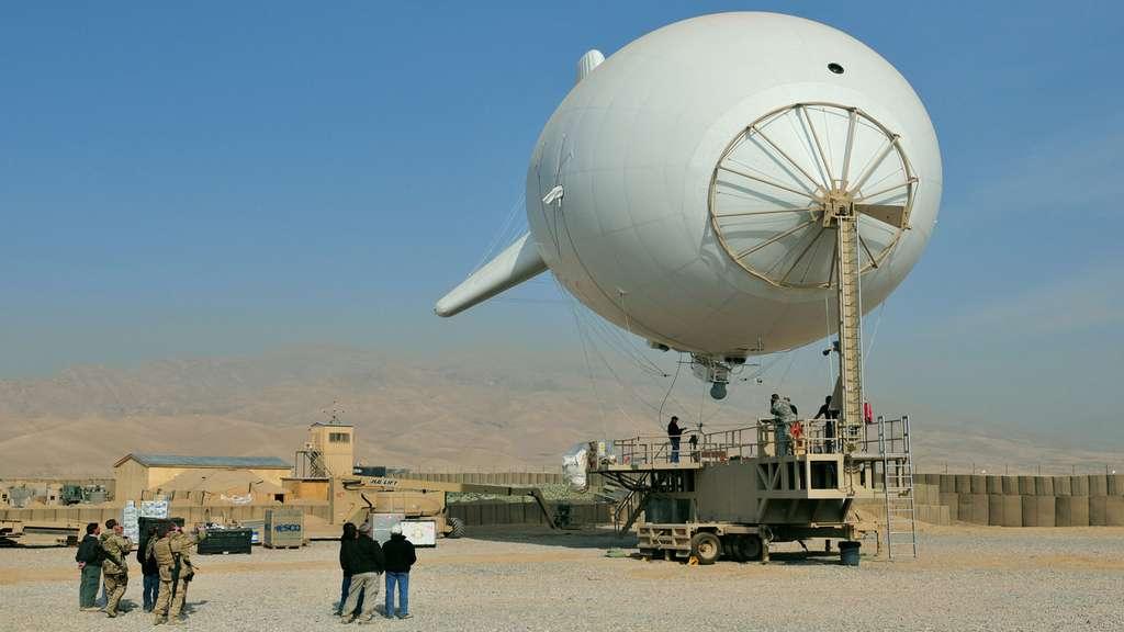 2010 : le ballon captif de surveillance 101230-N-0020T-144