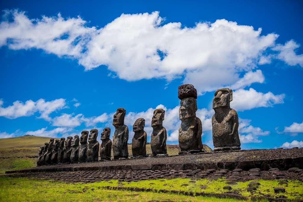 Les plateformes de pierre portant les mystérieuses statues de l'île de Pâques se situent près d'une ressource vitale : l'eau potable. © voltamax, Pixabay