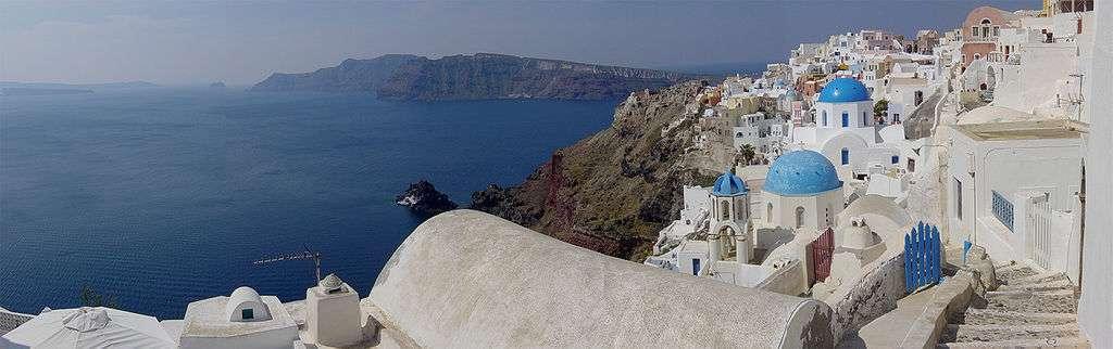 Vue de la caldeira de Santorin depuis la petite ville d'Oia. L'archipel de Santorin est le vestige d'une île partiellement détruite aux alentours de 1600 avant J.-C., lors de l'éruption minoenne. © Leonard G., Wikimedia Commons, DP