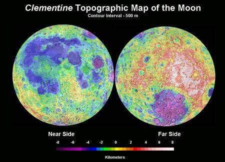 Figure 2. Une carte de la surface de la Lune, établie également grâce aux relevés de la sonde Clementine. Les mers lunaires sont des bassins bien visibles en bleu et les montagnes en rouge-jaune. Crédit : Nasa.