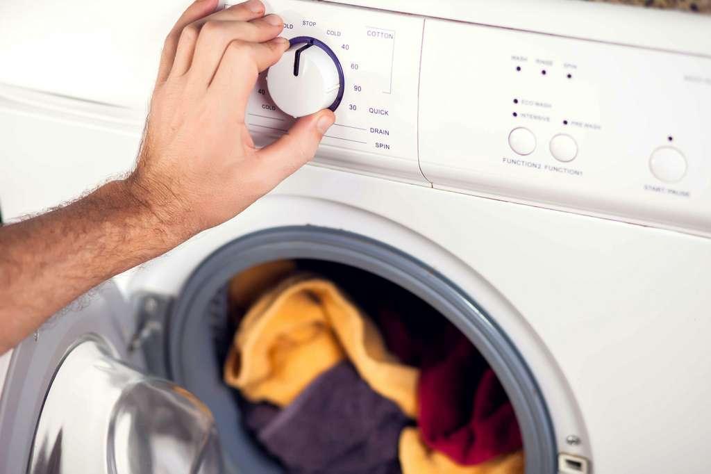 Réduire le temps et la température de lavage permet de moins polluer les rivières et océans. © Aleksej, Adobe Stock