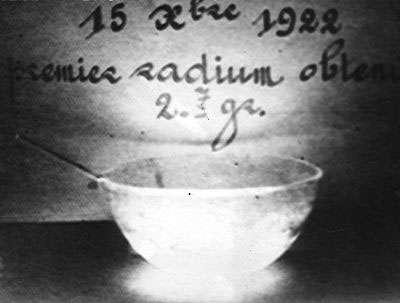 Photo prise à la seule lueur du radium. La lumière ne vient pas directement du radium mais des molécules d'air excitées par son rayonnement. ©ACJC