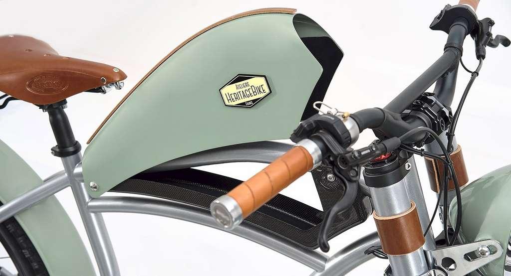 Le réservoir en fibre de carbone de l'Heritage est un coffre de rangement pour un antivol ou quelques petits effets personnels. © Ateliers Heritagebike