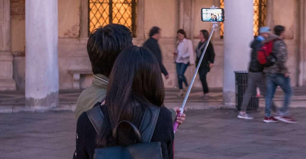 Lorsque l'orage gronde, attention à ne pas utiliser de perche à selfie. Celle-ci constitue en effet un joli paratonnerre. Un randonneur britannique a d'ailleurs trouvé la mort ainsi, durant l'été 2016. © thomasstaub, Pixabay, DP