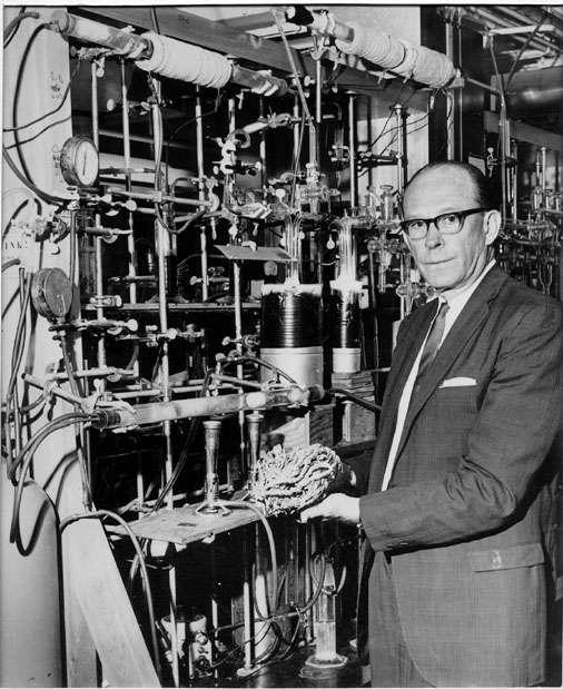 La désintégration du carbone 14 est au fondement de la méthode de datation développée par Willard Libby en 1949. Elle lui vaudra le prix Nobel de physique en 1960. Toutefois, selon un autre prix Nobel, Emilio Segrè, elle lui aurait été suggérée par Enrico Fermi à l'occasion d'un séminaire à l'Université de Chicago. On voit sur cette photo Willard Libby dans son laboratoire. © UC Regents