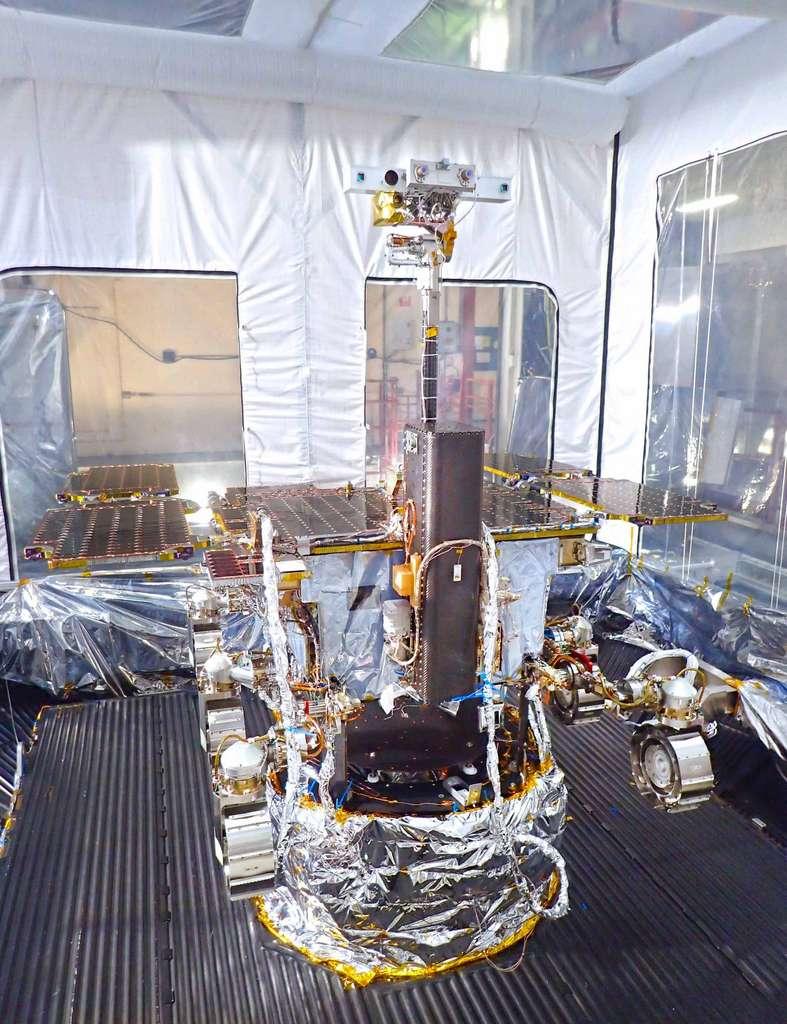 Le rover Rosalind Franklin avec, au premier plan, la boîte grise à l'intérieur de laquelle est logée la foreuse, conçue pour percer le sol martien jusqu'à une profondeur de deux mètres, et pour récupérer des échantillons du sous-sol. © Airbus