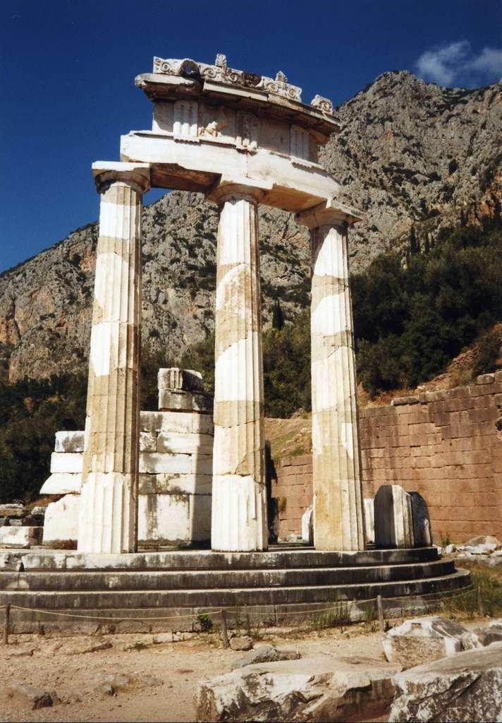 La tholos de Delphes ; détail du fronton. Ce monument aurait été construit entre 370 et 360 avant J.-C., sous la direction de l'architecte Théodoros de Phocée. © Gruffy, CC by-sa 2.5