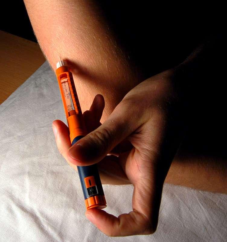L'insuline est une hormone peptidique sécrétée par les cellules bêta du pancréas. Dans le cas du diabète de type 1 et certains diabètes de type 2, l'injection d'insuline est nécessaire. C'est un acte quotidien pour des millions de diabétiques dans le monde. © DP, Wikipédia