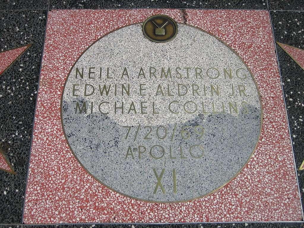Certaines dalles sur le Walk of Fame ont un statut particulier. Ici, celle qui honore l'équipage d'Apollo 11. © Jschoolc, Wikimedia Commons, DP