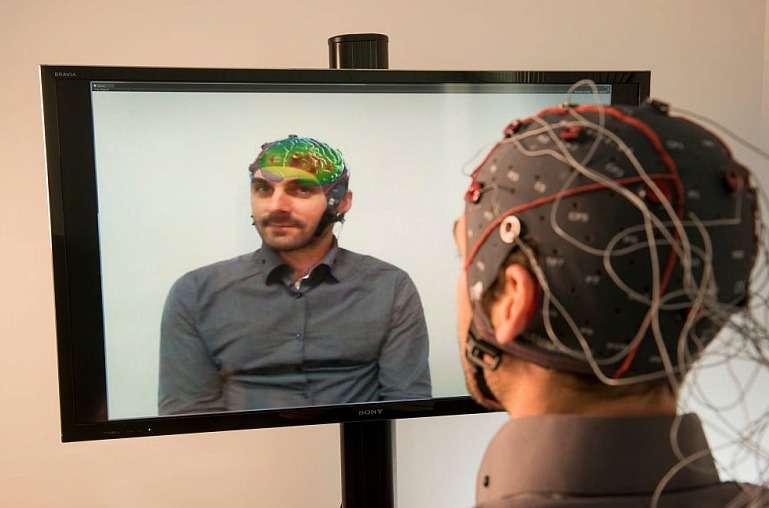 Ce chercheur de l'Inria observe l'activité de son cerveau grâce à Mind-Mirror. Ce système mêlant électroencéphalographie et réalité augmentée restitue l'état du cerveau avec des couleurs. Cette technique pourrait être très utile dans le domaine médical pour aider au traitement de certains troubles. © Inria, Kaksonen