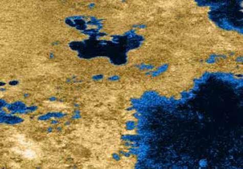 Cette image radar en fausses couleurs montre des lacs à la surface de Titan. L'intensité de la couleur est proportionnelle à la puissance du signal réfléchi. Crédit NASA/JPL/USGS.