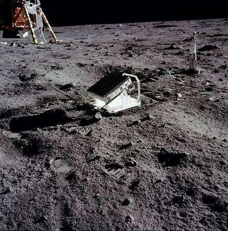Un réflecteur, dirigé vers la Terre, renverra vers elle les faisceaux laser que l'on pointera sur cette zone, permettant de mesurer avec une précision inégalée la distance entre notre planète et notre satellite. On met ainsi en évidence l'éloignement progressif de la Lune. © Nasa