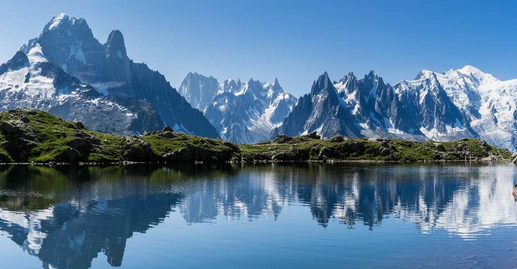 Massif du Mont Blanc, l'Aiguille verte depuis le Lac de Cheserys. © Brigitte Djajasasmita - CC BY-NC 2.0