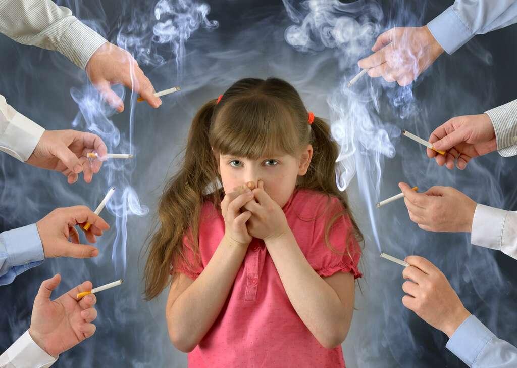 Un enfant peut moins facilement s'extraire d'un lieu enfumé, et d'après la Fondation pour le cancer, des niveaux de nicotine deux fois plus élevés que chez des adultes non fumeurs ont été détectés chez des enfants âgés de 3 à 11 ans, exposés au tabagisme parental. © demiurge_100, Adobe Stock