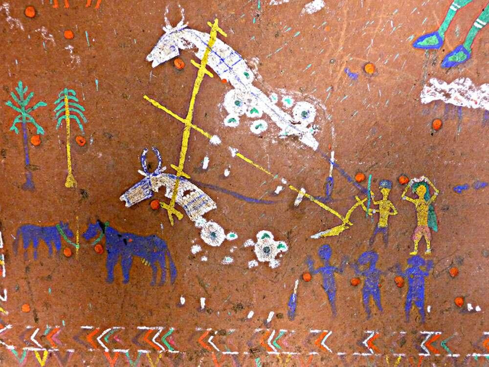 Détail d'une pithera (dessin mural dans une maison privée, village de Badhadeka, région de Jabhua, État du Madhya Pradesh) comportant des motifs traditionnels de l'art rupestre, tels que labours et danses. Les points rouges ont été apposés de manière propitiatoire (pour rendre la divinité propice), comme dans les abris, au cours de sa réalisation. © Jean Clottes, Meenakshi Dubey-Pathak