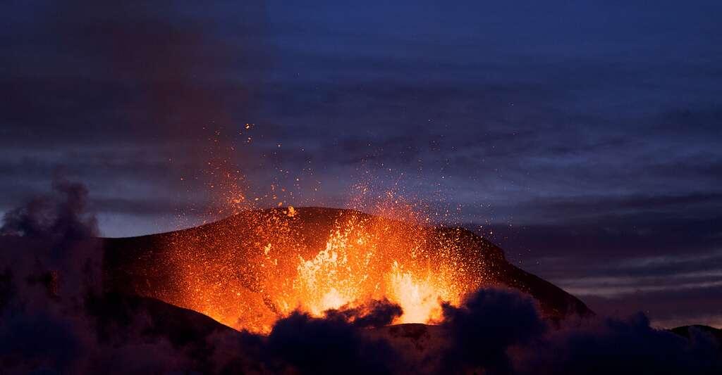 Éruption du volcan Eyjafjöll au niveau du col de Fimmvörðuháls. © Boaworm, CC By 3.0