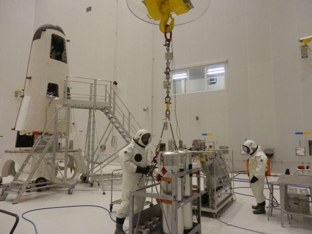 Avant le lancement, à l'issue d'une longue journée passée dans les combinaisons Scape, l'équipe Propulsion (Cannes) Thales Alenia Space avait finalisé avec succès les opérations de remplissage en hydrazine du véhicule IXV. La zone a ensuite été décontaminée et sécurisée pour la poursuite des activités. © Esa, Cnes, Arianespace