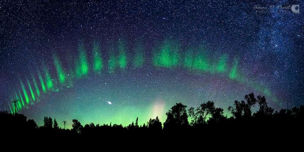 Pareille à un arc-en-ciel, une aurore boréale auréole le ciel du Maine. © Aaron D. Priest