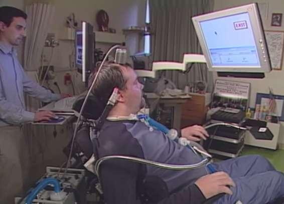 Actuellement, les implants cérébraux utilisés par les systèmes de contrôle par la pensée nécessitent un appareillage lourd qui doit être relié physiquement aux ordinateurs qui relaient les commandes mentales. Le boîtier sans fil Cereplex W devrait grandement simplifier et alléger ce dispositif. © NatureVideo/YouTube