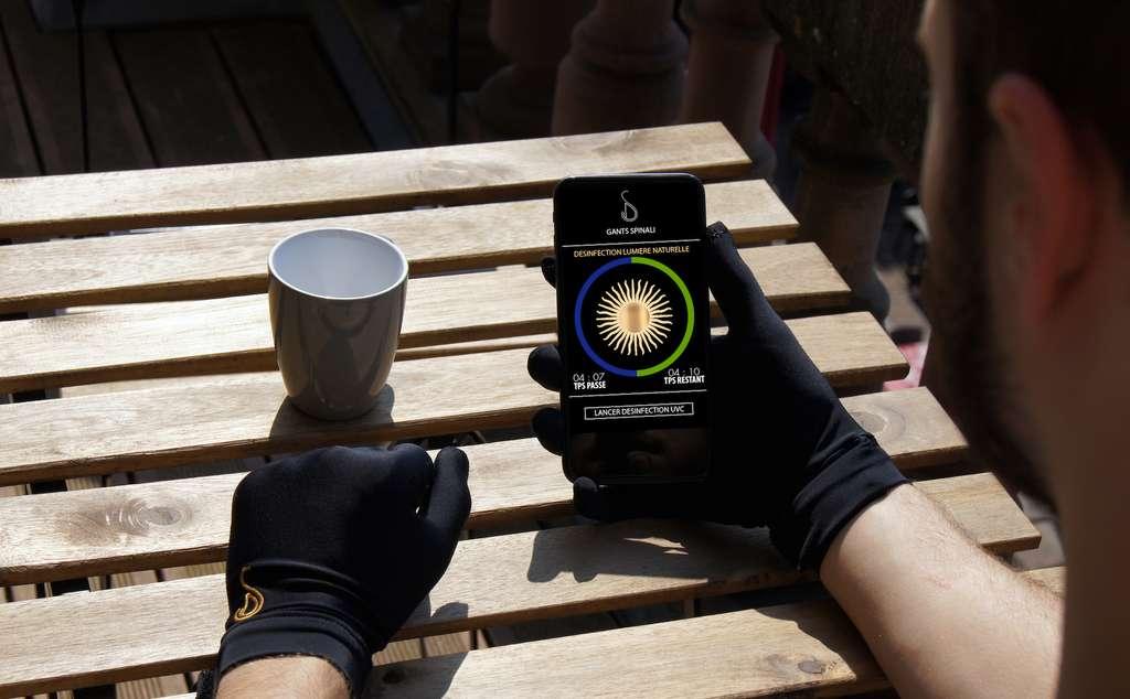 Un capteur à l'intérieur des gants est connecté à une application mobile qui indique le temps de désinfection. © Spinali Design