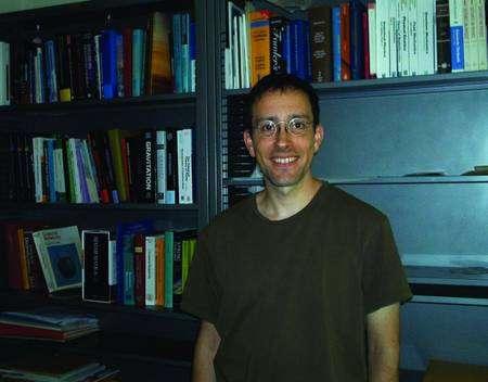 Raphael Bousso, l'ancien thésard de Hawking est devennu depuis célèbre pour ses travaux sur le principe Holographique et le mécanisme de stabilisation des dimensions supplémentaires qu'il a découvert en collaboration avec Joe Polchinski (Crédit : Université de Berkeley).