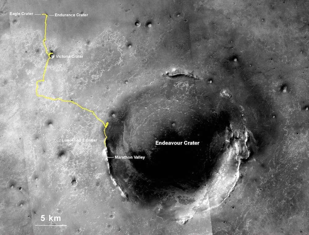 Depuis son atterrissage, le 25 janvier 2004, à l'intérieur d'une petite dépression (cratère Eagle), Opportunity a roulé 32 km jusqu'en 2011. Continuant depuis sur les pentes et les crêtes du grand cratère Endeavour (22 km de diamètre), son odomètre affichait le 27 juillet 2014, 40,25 km. Loin d'avoir terminé, le rover poursuit sa route jusqu'à sa prochaine étape d'investigation : la « vallée de Marathon », baptisée ainsi en référence aux 42,2 km qu'il aura alors parcourus. Ci-dessus tracé de son périple superposé aux images prises par l'orbiteur MRO. © Nasa, JPL-Caltech, MSSS, NMMNHS
