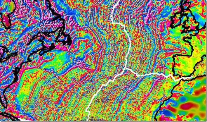 Carte des anomalies magnétiques dans l'Atlantique nord. On voit nettement les linéations magnétiques de part et d'autre de la dorsale, en blanc. En noir les lignes de côtes. © World Digital Magnetic Anomaly Map