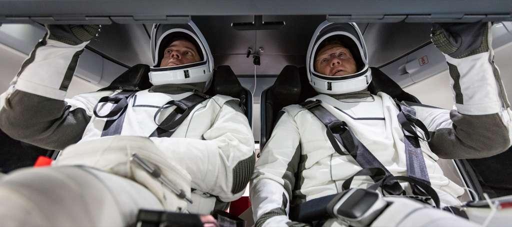 À bord du vaisseau spatial qui les transportera jusqu'à l'ISS, les astronautes de la Nasa, Doug Hurley et Bob Behnken, se familiarisent avec le Crew Dragon de SpaceX. © Nasa
