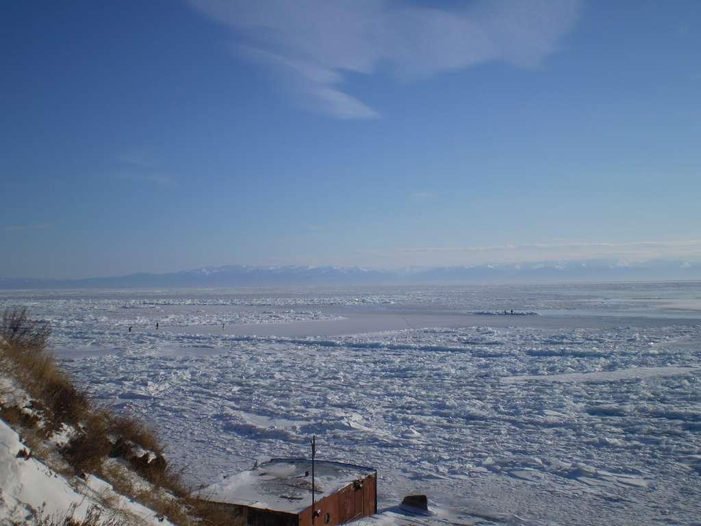 Le lac Baïkal est situé au sud de la Sibérie. C'est la plus grande réserve d'eau douce liquide au monde. Il gèle de façon saisonnière, et lorsqu'il dégèle, il peut être un vecteur de maladies, liées à la libération de virus ou de bactéries. © Suicup, Wikipédia, cc by sa 3.0