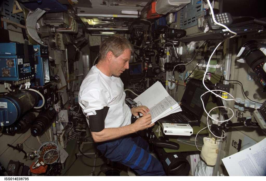 L'astronaute Thomas Reiter de l'Esa en train de travailler à bord de l'ISS en 2006. © Nasa