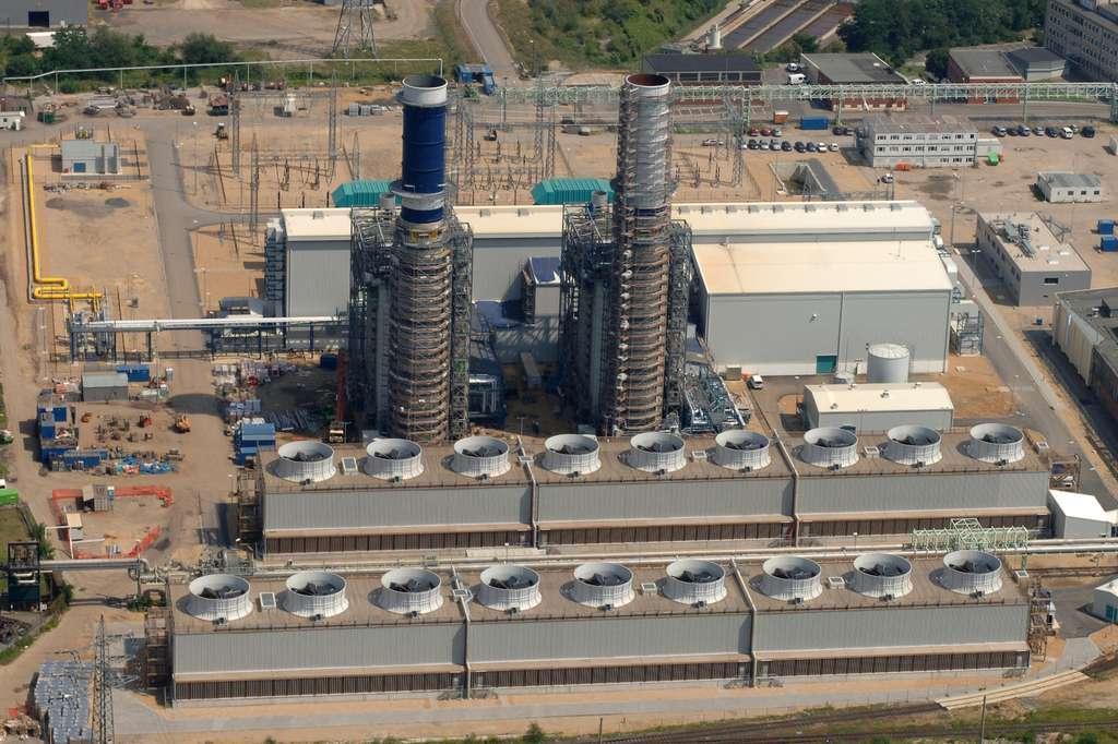 Les centrales à cycle combiné – comme ici celle du parc industriel chimique de Hürth, en Allemagne – permettent au gaz naturel d'être compétitif en matière de production d'électricité. © InfraServ Knapsack – Archivbestand, Wikipédia, CC by-sa 3.0