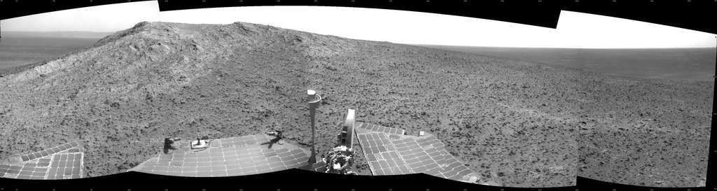 Image prise par Opportunity le 5 janvier 2015. Le lendemain, le rover se trouvait à Cape Tribulation, haut de 135 m, qu'on aperçoit au centre, sur la crête des remparts ouest du cratère Endeavour. © Nasa, JPL-Caltech