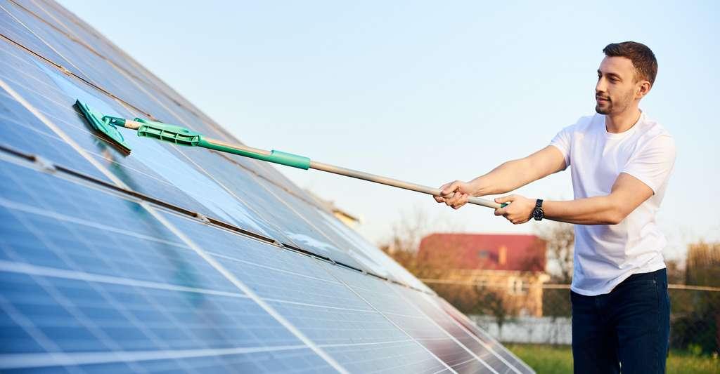 Qu'ils soient autonomes ou en autoconsommations, tous les kits panneaux solaires doivent être entretenus. La question de l'entretien n'intervient donc pas dans le choix d'une solution ou de l'autre. © anatoliy_gleb, Adobe Stock